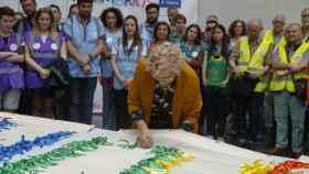 La alcaldesa Carmena ha colocado el primera lazo de la bandera gay que lucirá el Ayuntamiento