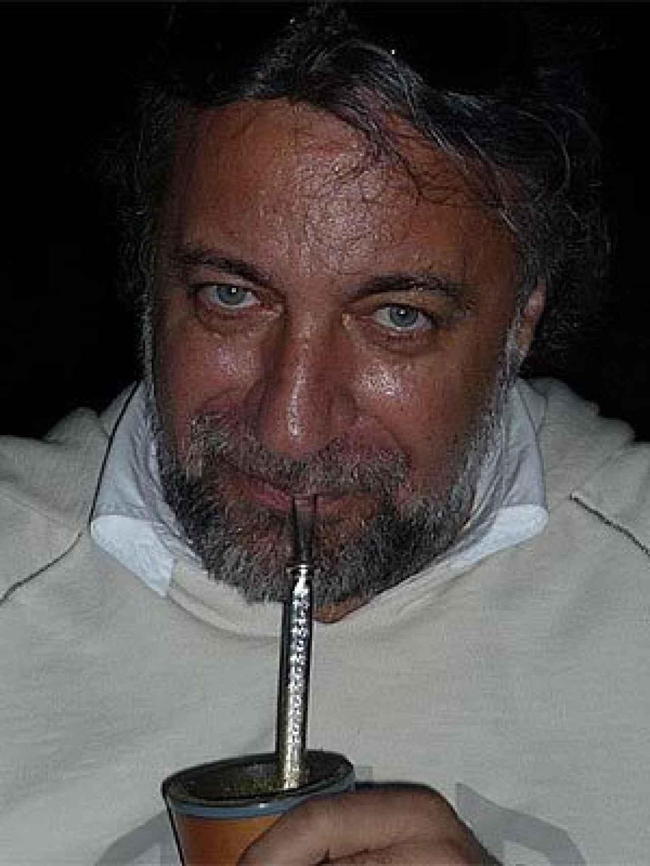 Julián Lago, en la última etapa de su vida, bebiendo mate en Paraguay