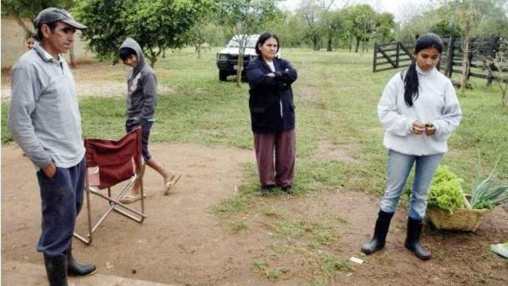 Yolanda, con su familia, en el rancho de Simón Bolivar. Mostraba a la prensa las lechugas que tenía que vender para costear el tratamiento de Julián