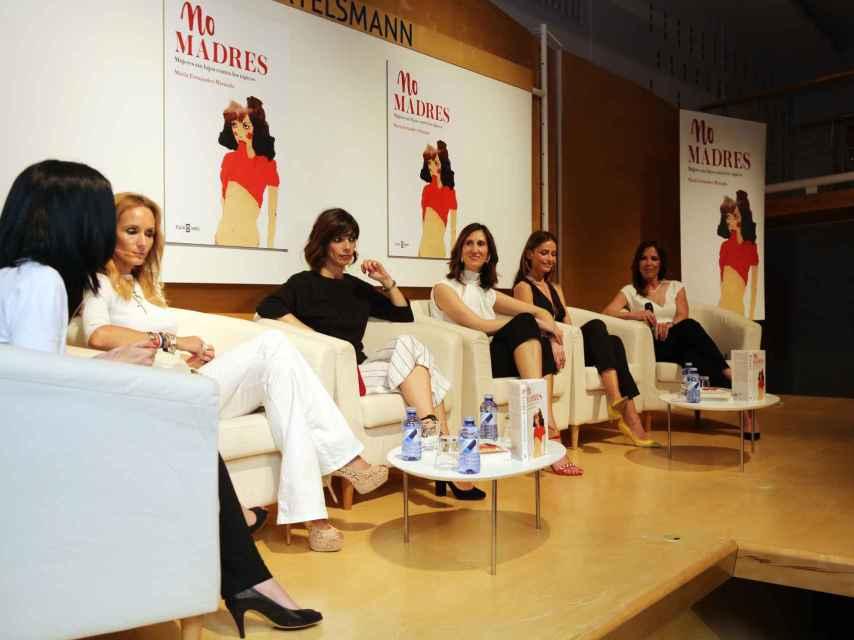 De izquierda a derecha: la modelo Sandra Ibarra, la actriz Maribel Verdú, la periodista María Fernández-Miranda, la modelo Almudena Fernández, y la periodista Mamen Mendizábal.
