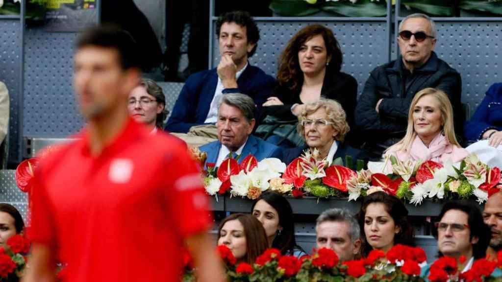 Manuela Carmena y, detrás, Celia Mayer en la final del torneo de tenis de Madrid en 2016