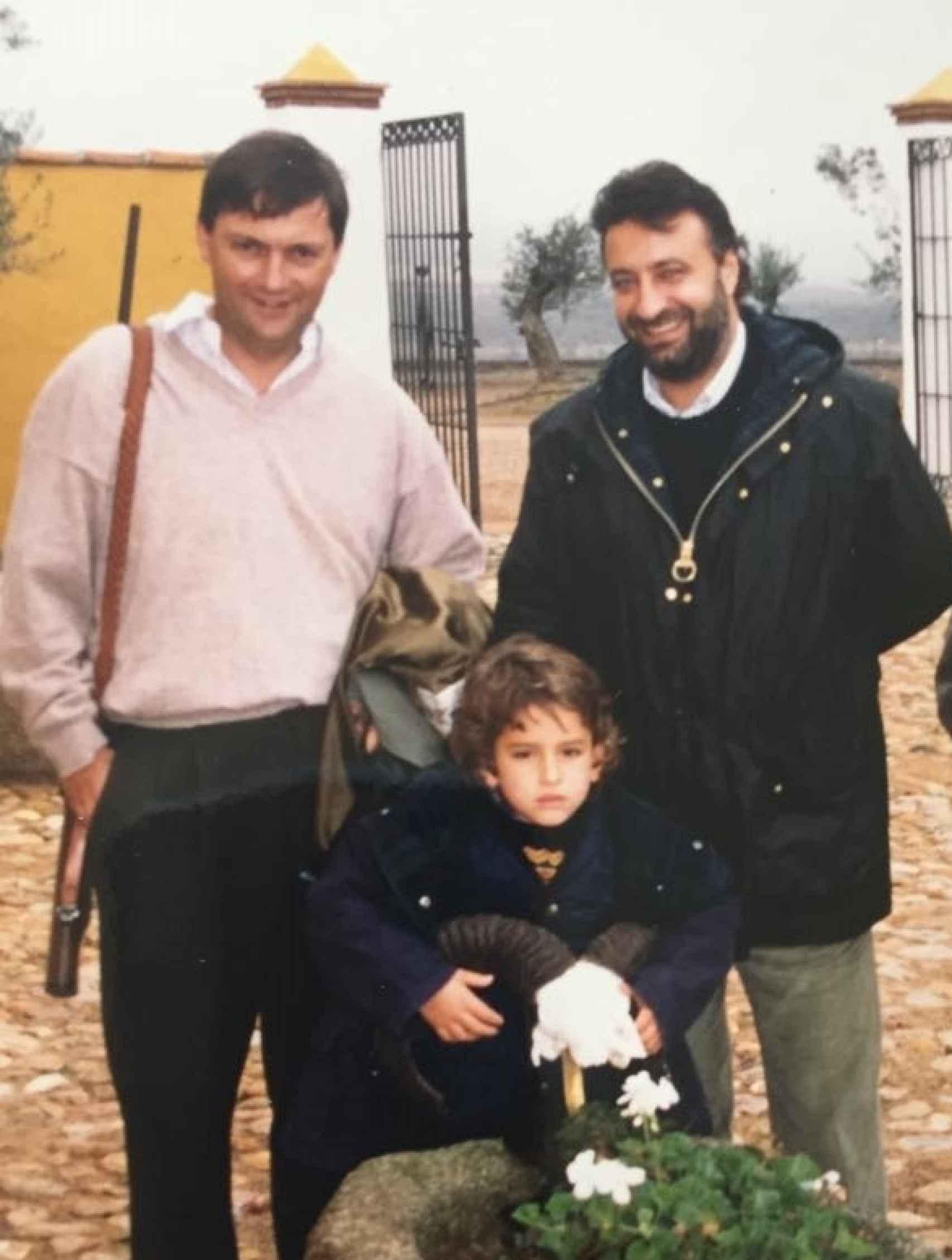 El periodista Antonio Herrero, Julián Lago y el hijo pequeño de éste, Pablo.