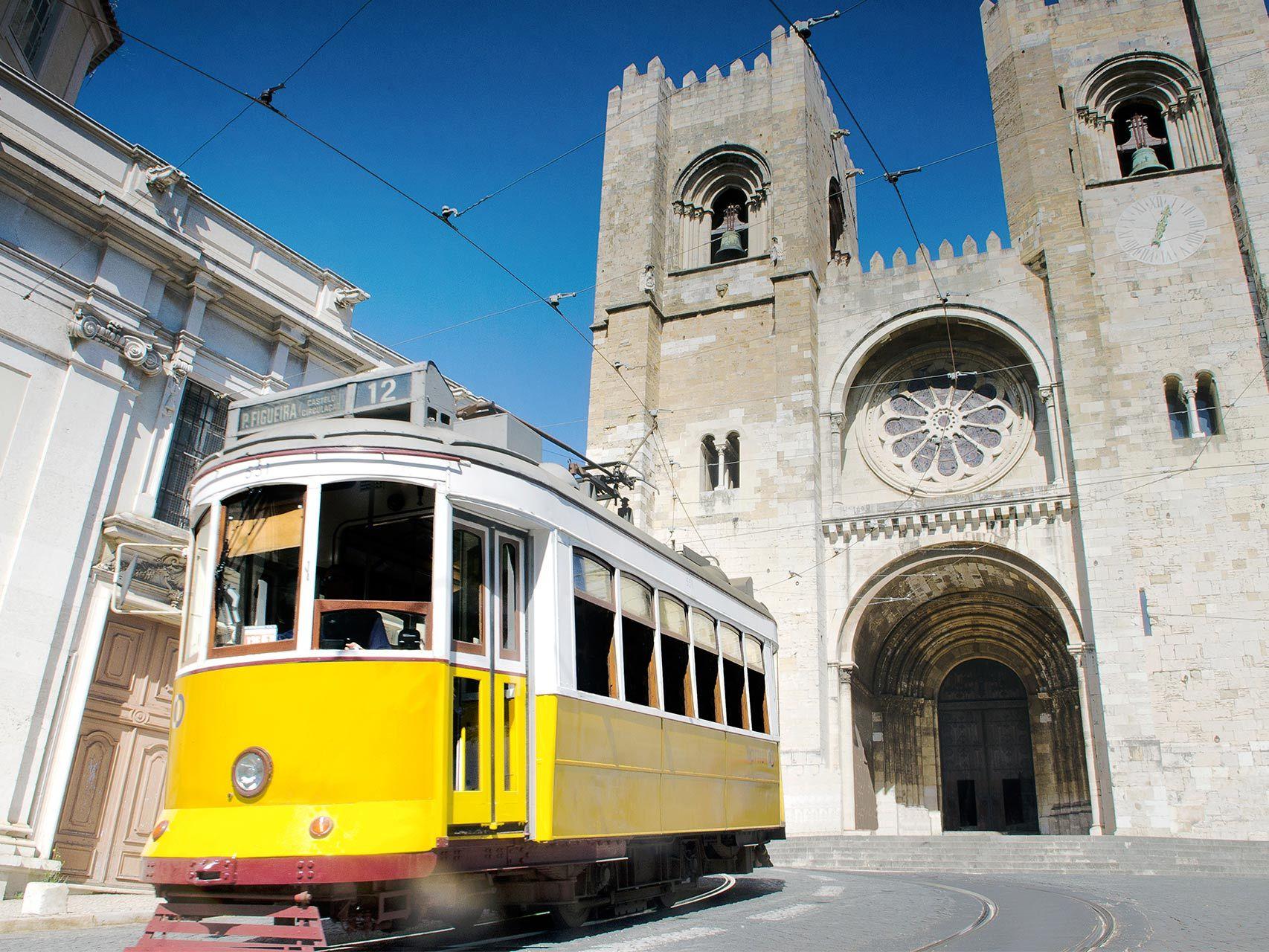 El famoso tranvía 28 junto a la Catedral de Lisboa.