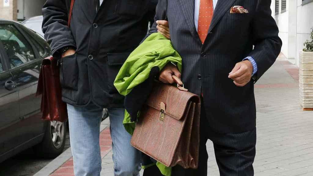 Julián Muñoz con su abogado Javier Saavedra a la llegada a los juzgados de Madrid.