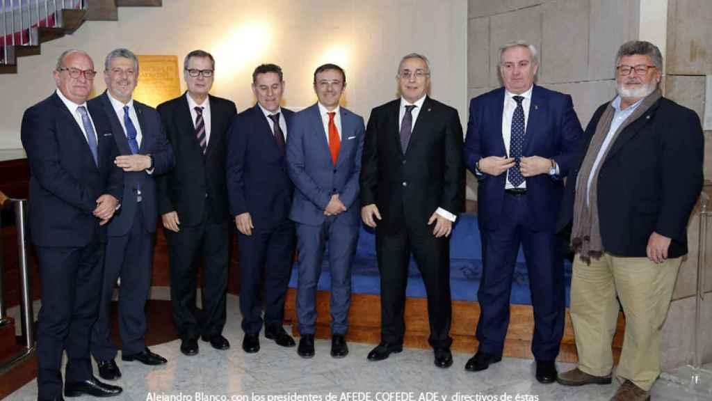 Alejandro Blanco, rodeado de dirigentes federativos.