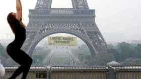 Pancarta de Greenpeace en la torre Eiffel.