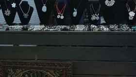 Ana Garrido subsiste con la venta de pulseras y collares desde que denunció la trama Gürtel.
