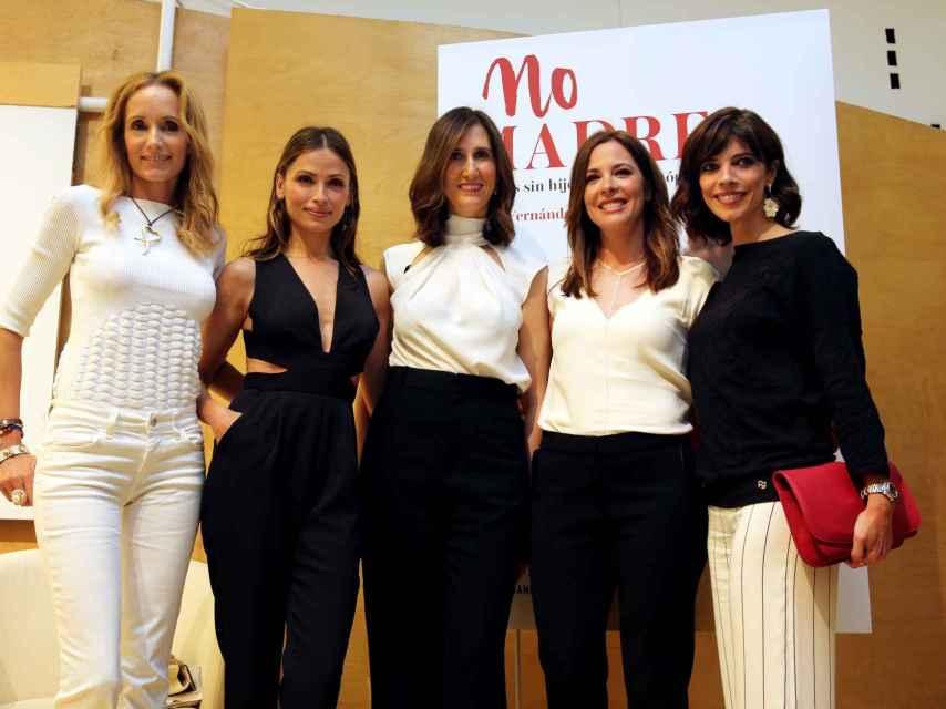 De izquierda a derecha: las modelos Sandra Ibarra y Almudena Fernández, las periodistas María Fernández-Miranda y Mamen Mendizábal, y la actriz Maribel Verdú.