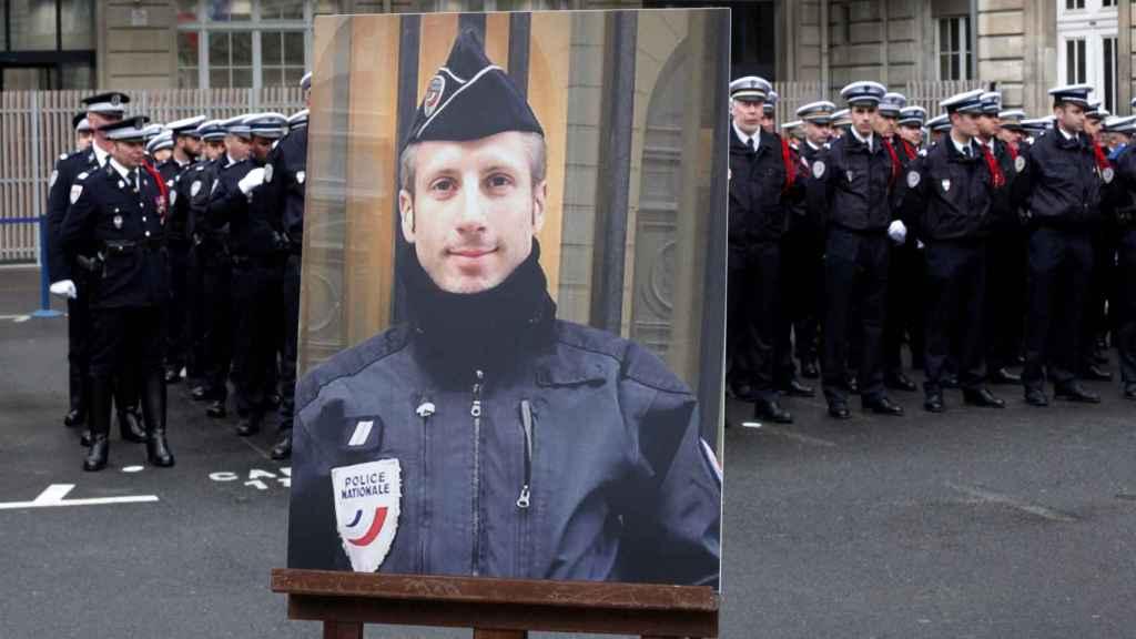 Homenaje al agente asesinado en los Campos Elíseos