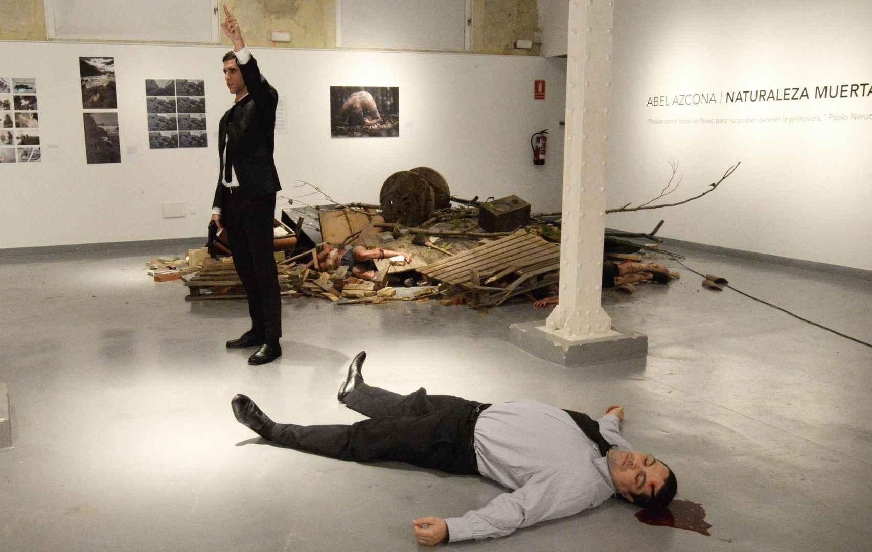 Exposición de Azcona, con simulación del asesinato del embajador ruso en Turquía.
