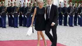 Emmanuel y Brigitte Macron a la entrada del Palacio del Elíseo en 2015.