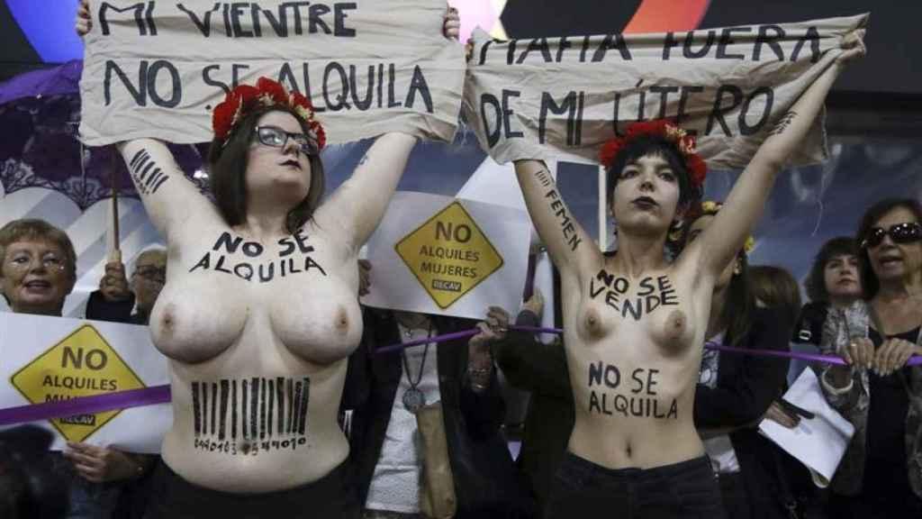 Activistas de Femen despliegan sus pancartas ante la feria de gestación subrogada celebrada en Madrid