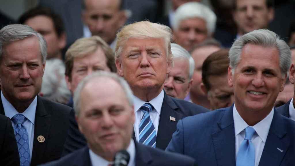 Donald Trump con los miembros del Partido Republicano.