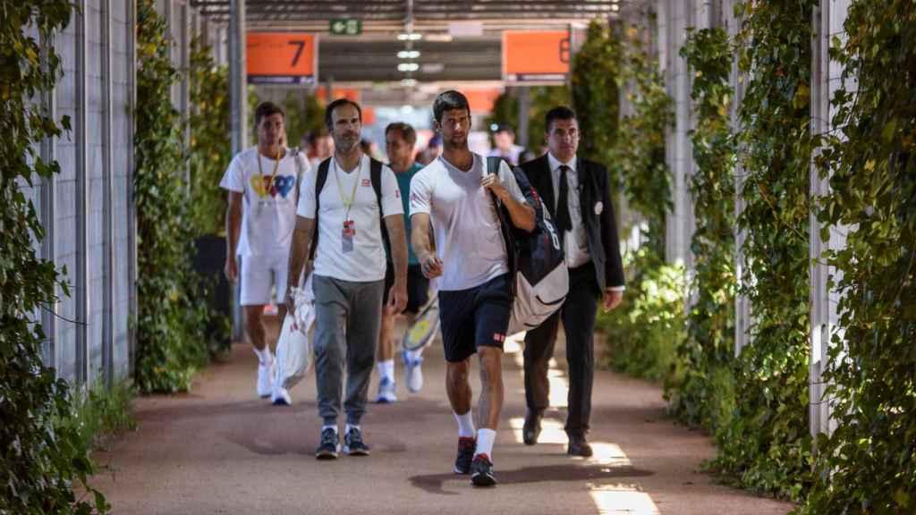 Djokovic, camino de un entrenamiento en la Caja Mágica.