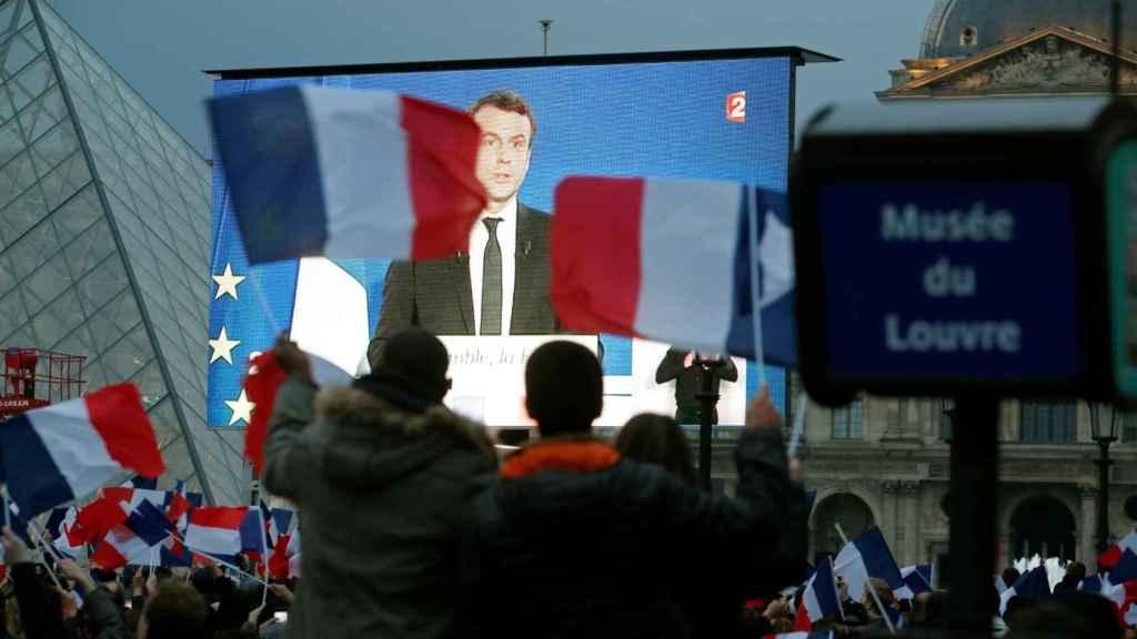 Los seguidores de Macron siguen su discurso anoche en el Louvre