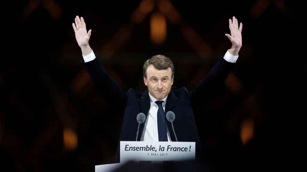 Macron durante su discurso de este domingo por la noche frente al Louvre