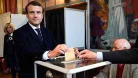 Emmanuel Macron en el momento de votar.