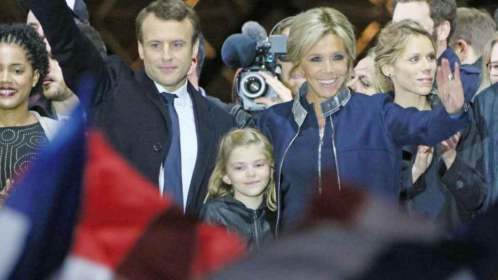Emmanuel y Brigitte con su nieta.