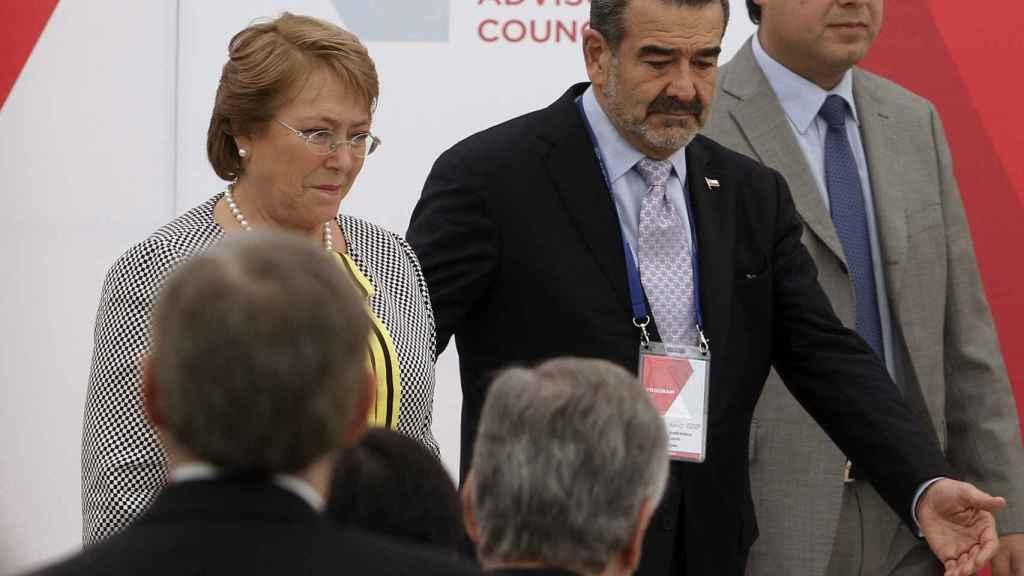 Andrónico Luksic, cabeza visible del negocio familiar, junto a la todavía presidenta de Chile, Michelle Bachelet.