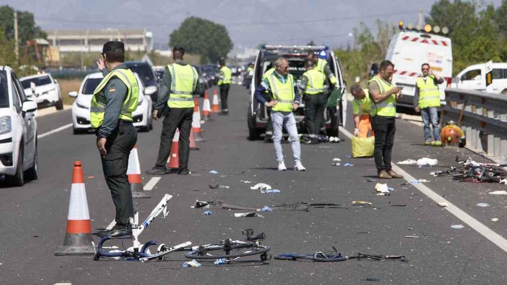 Agentes de la guardia Civil recaban pruebas en el lugar del atropello en Jávea.
