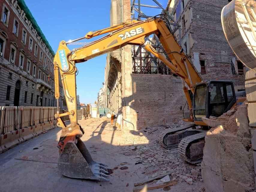 Las máquinas en plena acción sobre los edificios de Canalejas