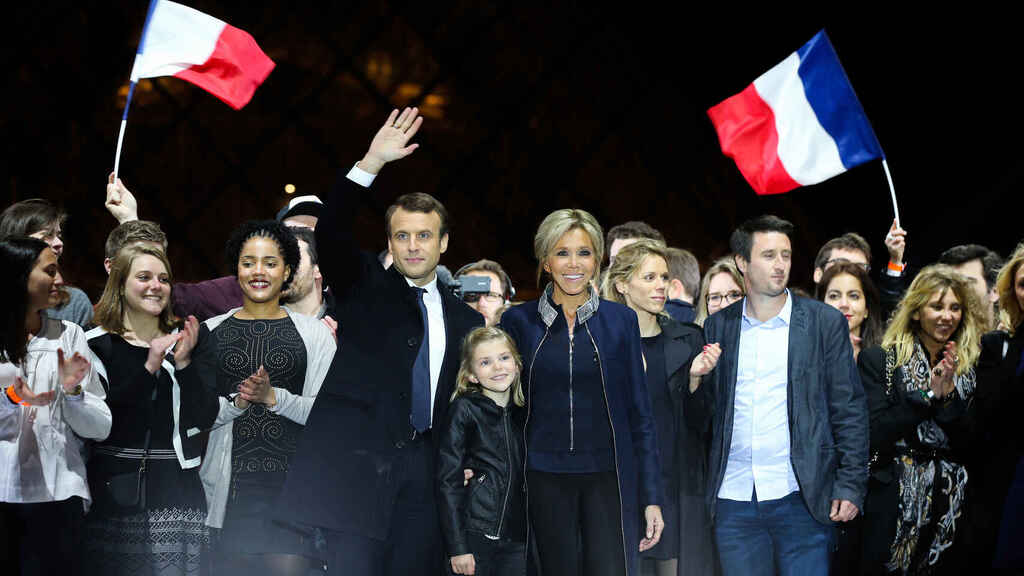 Emmanuel Macron junto a tres generaciones de su familia.