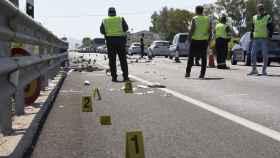 Agentes de la Guardia Civil en el lugar donde se produjo el accidente.