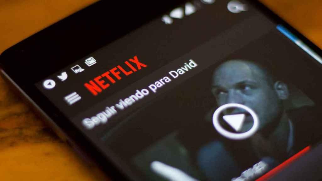 Un usuario viendo una serie de Netflix en su teléfono móvil.