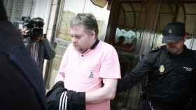 Agentes de la Policía Nacional sacan de un hotel de A Coruña al padre que ha matado a su hijo.