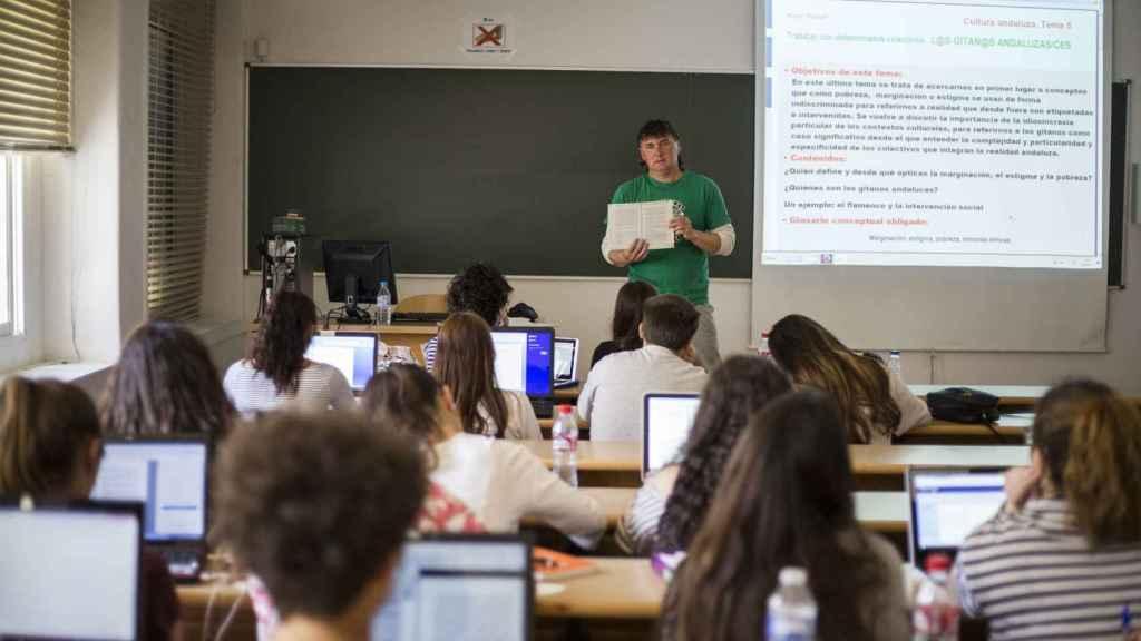 El autor de Er Prinzipito dando clase a sus alumnos.