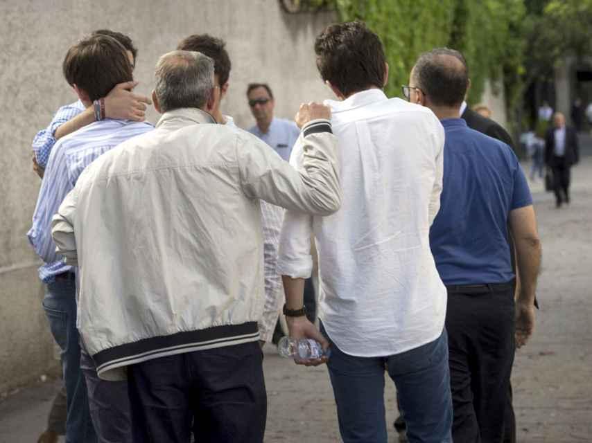 Familiares y amigos de los dos menores de 17 años que fallecieron al caer por el hueco del ascensor en Madrid.