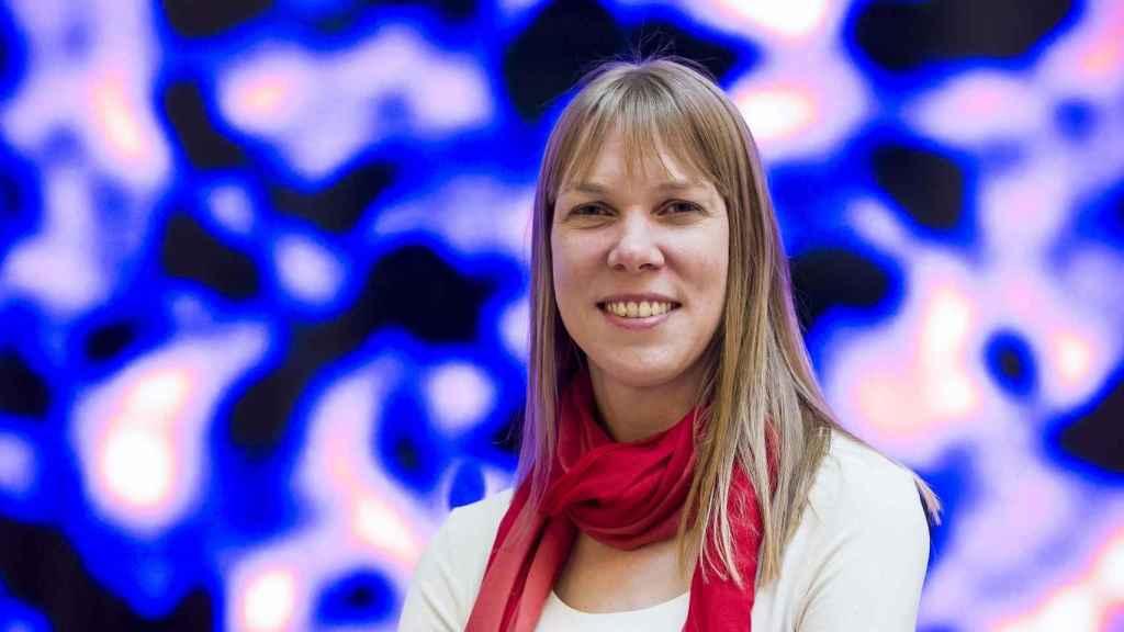 La astrónoma Catherine Heymans, sobre parte de su mapa de materia oscura.
