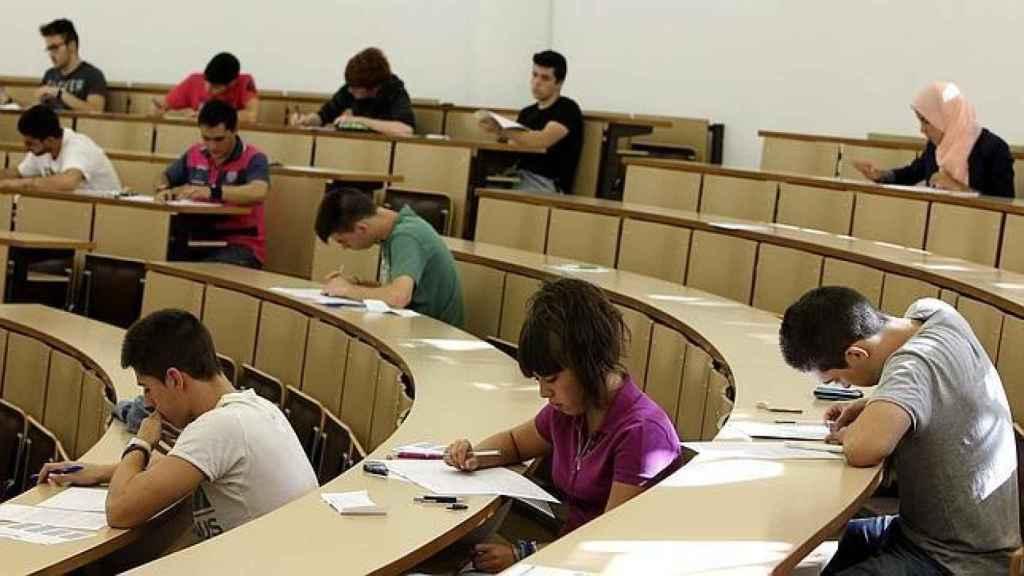 Varios alumnos de universidad realizan un examen.