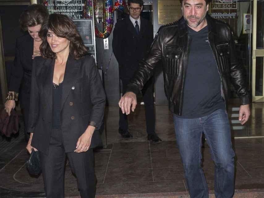 Penélope y Javier a la salida de un restaurante en Madrid.