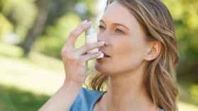 Una mujer con un inhalador para el asma