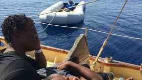 Una mujer espera en un barco de rescate en el documental Astral.