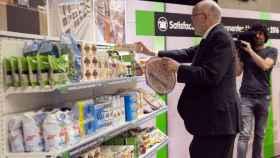 El presidente de Mercadona, Juan Roig, escogiendo productos de uno de sus lineales.