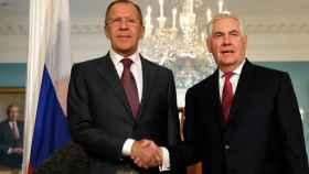 Tillerson y Lavrov se saludan antes de su reunión