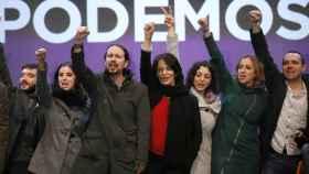 Otros tiempos en Podemos: Pablo Bustinduy, Irene Montero, Pablo Iglesias, Carolina Bescansa, Tania González, Tania Sánchez y Luis Alegre, en la noche electoral del 20-D.