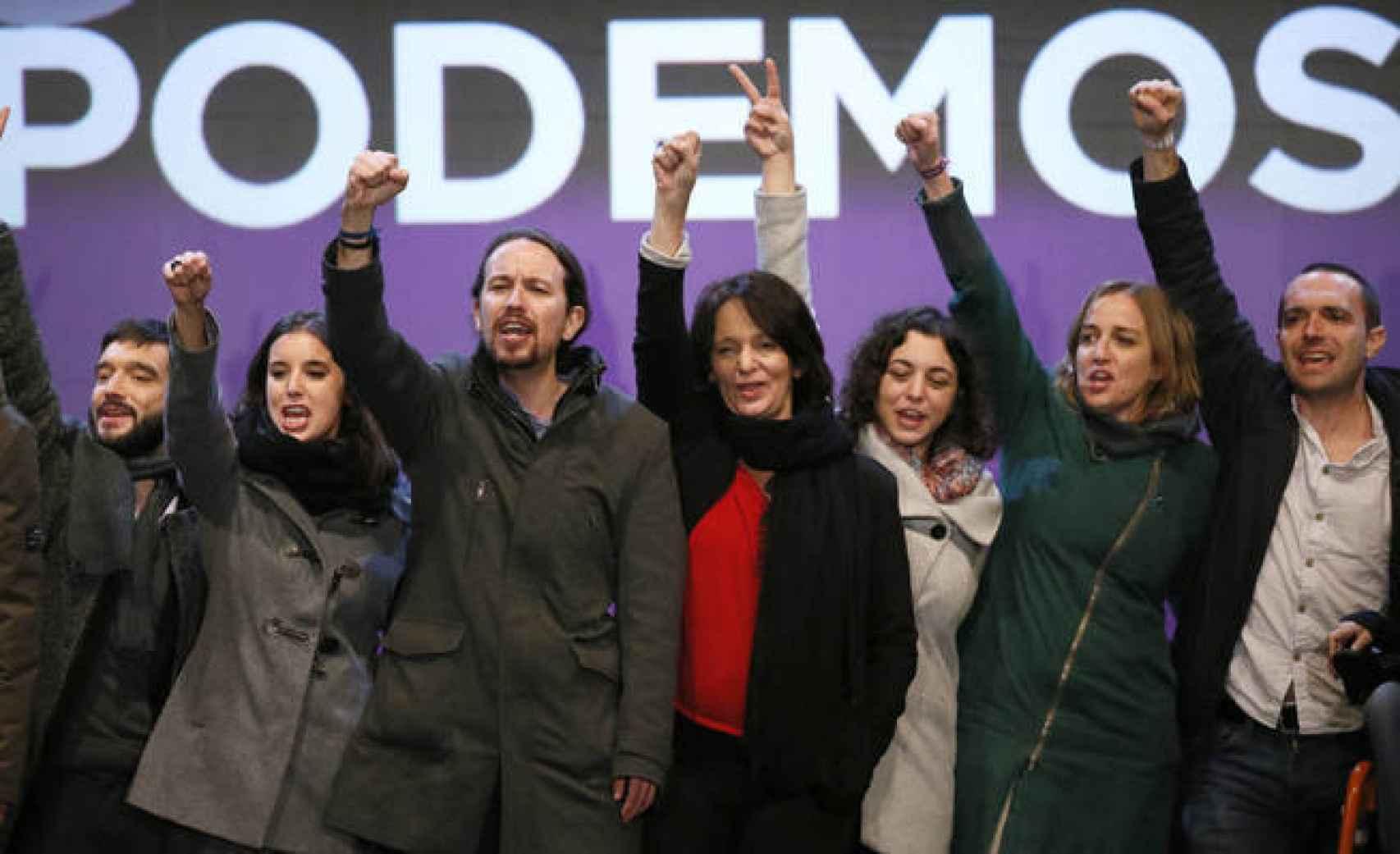 Aquellos maravillosos años de Podemos: Pablo Bustinduy, Irene Montero, Pablo Iglesias, Carolina Bescansa, Tania González, Tania Sánchez y Luis Alegre, en la noche electoral del 20-D.