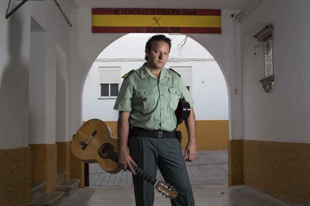 José Delgado, comandante del puesto de la Guardia Civil de Morón de la Frontera, y conocido como el Pico de Morón, con su guitarra en la casa cuartel.