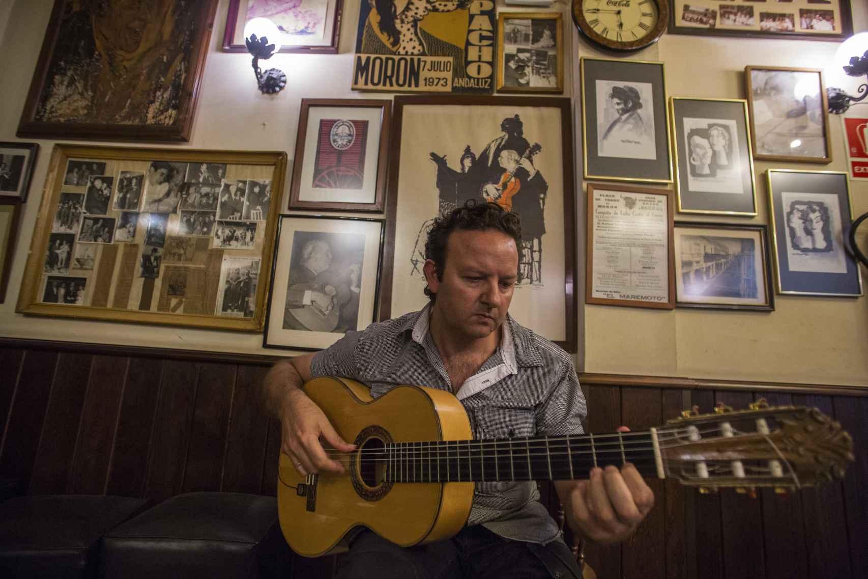 José Delgado tocando su guitarra en el bar Alemán de Morón de la Frontera (Sevilla).