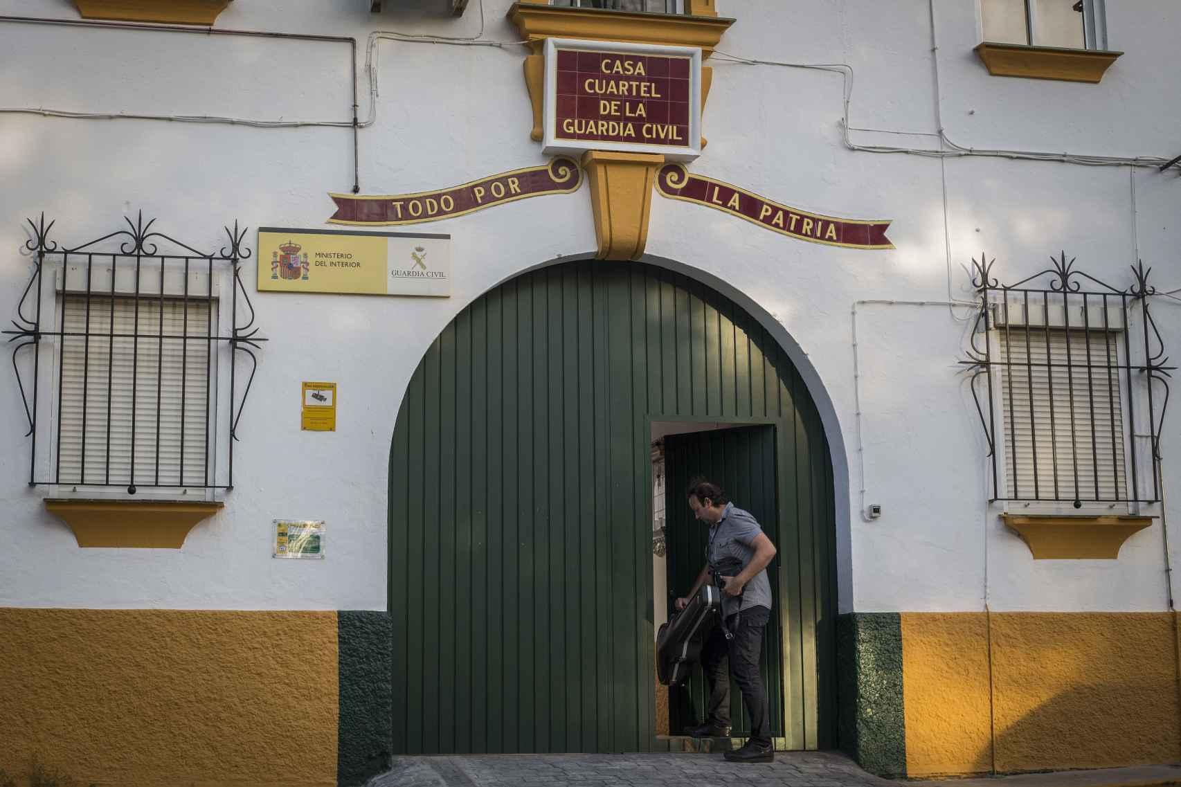 El comandante del puesto de la Guardia Civil de Morón de la Frontera, José Delgado, llegando a su casa cuartel.