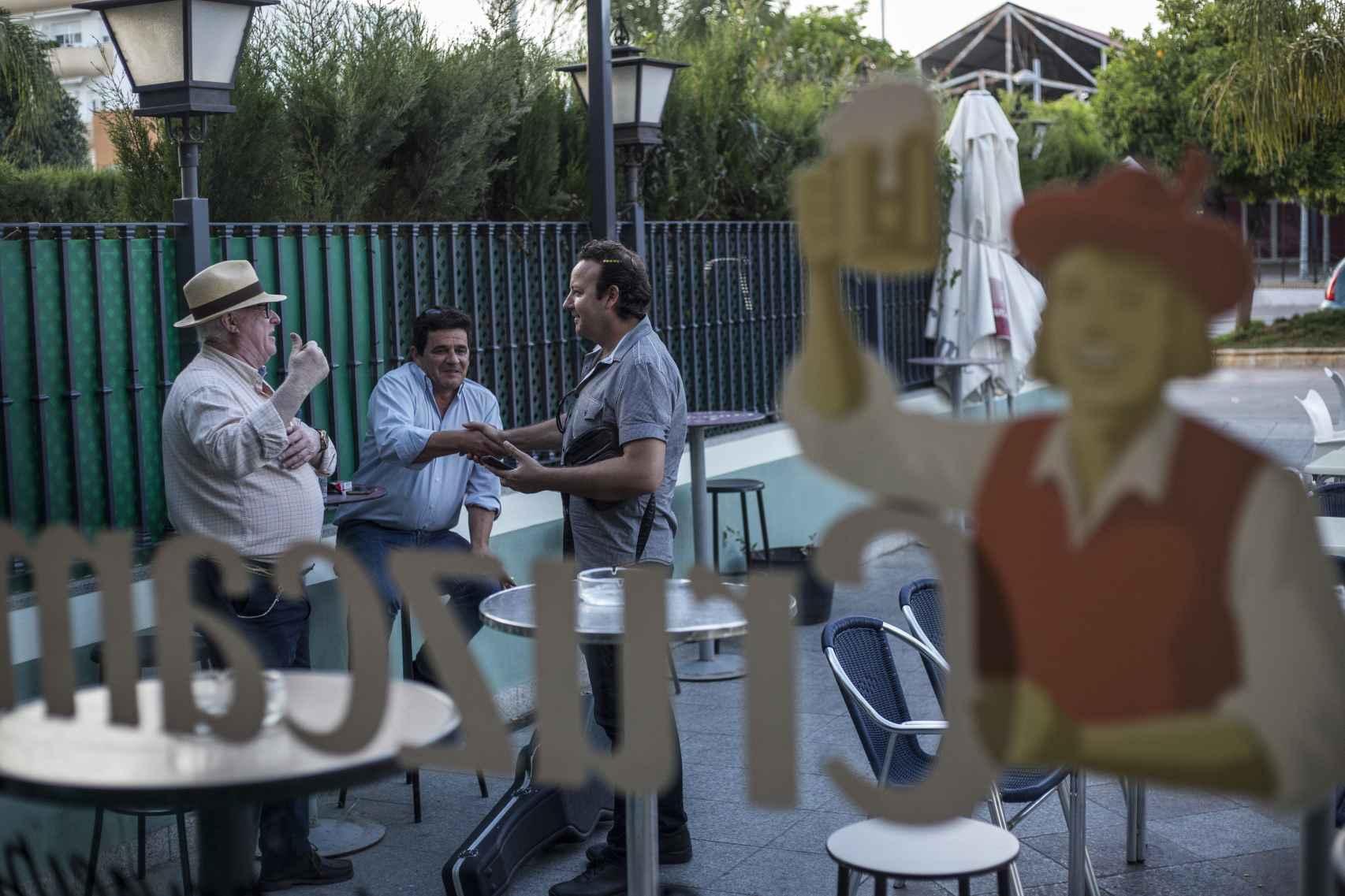 El Pico de Morón saludando a unos vecinos a la salida de un bar.