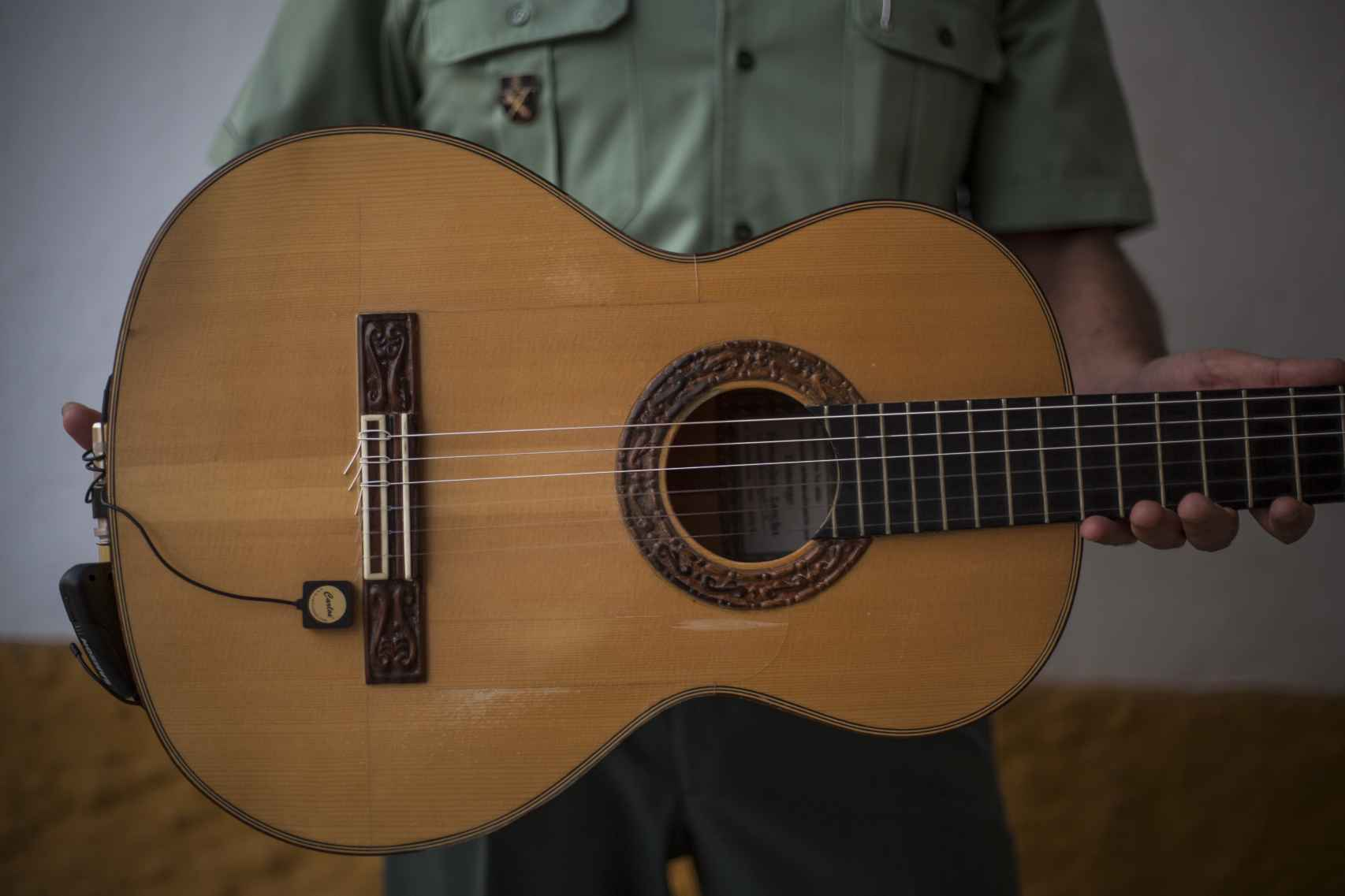 José Delgado, comandante del puesto de la Guardia Civil de Morón de la Frontera con su guitarra en la casa cuartel.
