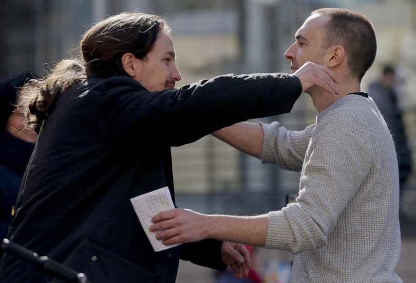 Pablo Iglesias y Luis Alegre se funden en un abrazo.