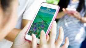 Una joven utiliza la aplicación Pokemon Go