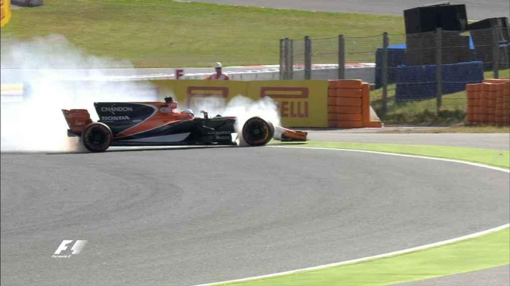 Alonso en el momento en que su motor empezó a fallar.