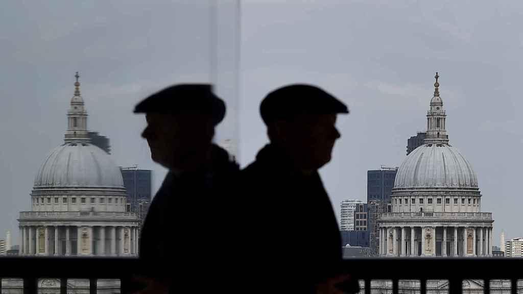 Un hombre contempla la catedral de San Pablo en Londres.