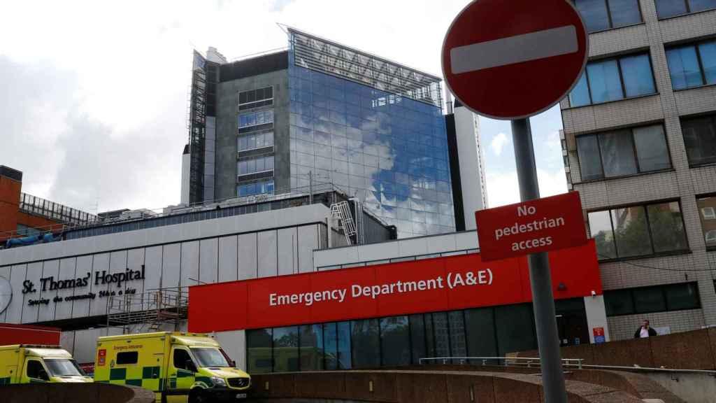 Ambulancia frente al hospital Saint Thomas, en Londres